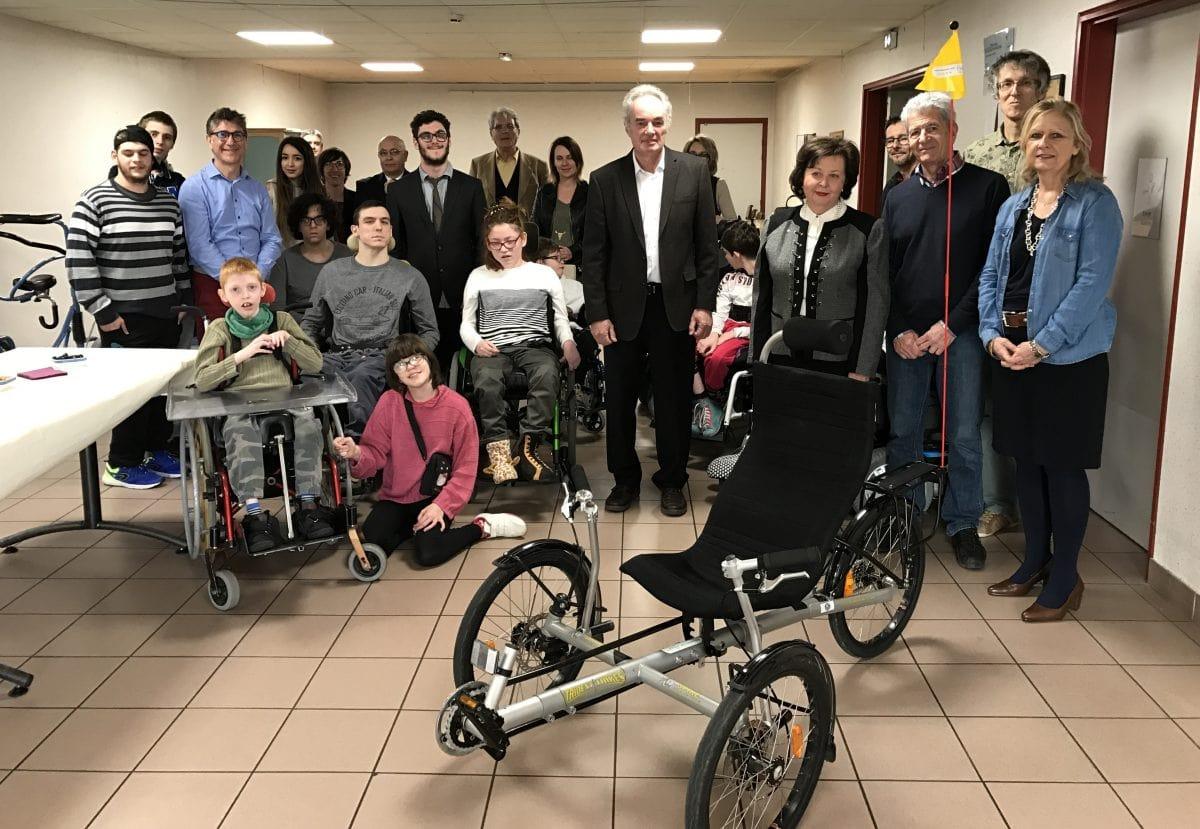 Le KIWANIS Club-Chambéry/Aix Les Bains remet un trike à Accueil Savoie Handicap
